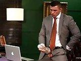 Il teste un sex toy au bureau