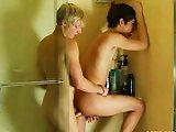 Pipe et sodomie sous la douche entre minets