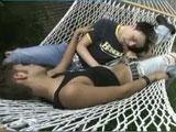 En quete de sperme il agresse son pote endormi