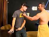 Jeune cambrioleur baisé de force par un gay…