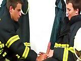 Longue tige de pompier pour un trio gay
