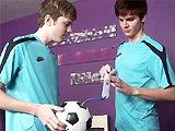 Deux jeunes footballeurs baisent dans la…