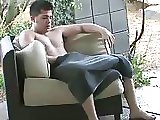 Beau gosse se masturbe à côté de sa piscine