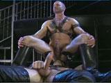 Latex et cuire entre mecs gays matures sado…