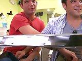 Branle sous la table du restau