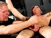 Bogosse viril branlé de force par un vieux…