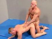 Vieux gay sodomise un mec musclé sur le ring