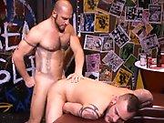 Gays poilus baisent dans le bar après la…