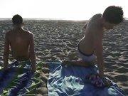 Minets qui profitent de la plage et du sexe