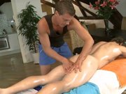 Jeune masseur excite un mec qu'il va…