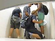Caméra cachée dans les WC où des jeunes se…