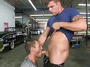2 mecs baisent chez un garagiste sans se…