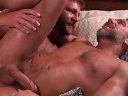 Couple mature baise sur un canapé