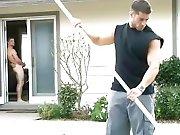 Il se branle devant  un ouvrier musclé pour…