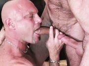 Deux matures baisent un quadra musclé sans…