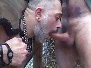 Mec poilu en cuir baise un vieux gay