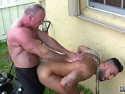 Jardinier enculé par une bite de vieux gay