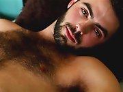 Très beau mec poilu au regard de braise se…