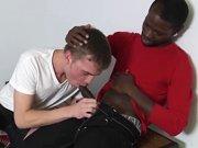 Jeune mec black baise le cul d'un blanc