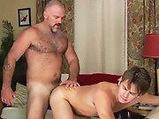 Vieux gay poilu se tape un trentenaire à…