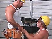 Jeune ouvrier à genoux pour sucer son…