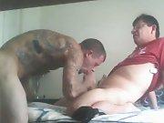 Vieux gay paye un escort tatoué pour le…