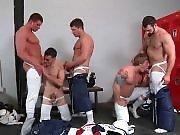 Orgie de sportifs dans les vestiaires cachant…
