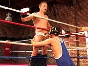 Boxeur se fait enculer sur le ring