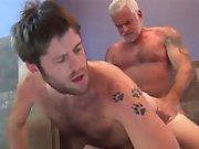 Vieux gay jouit dans le cul d'un beau mâle…