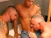 Gardien de prison suce 2 détenus et jouit…