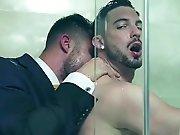 Le patron baise un employé sous la douche
