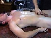 Hétéro qui bande pendant un massage se fait…