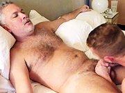 Vieux salaud encule un jeune mec sur un lit