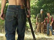 Plan cul avec trois chasseurs en pleine nature
