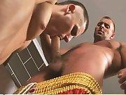 Boxeur masse et encule un jeune mec avec sa…