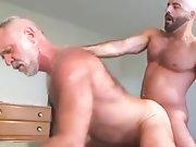 Vieux gay poilu sodomisé par un mec très…
