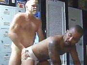 Vieux gay musclé sodomise un mec en jockstrap