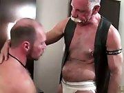 Vieux gay jouit dans un cul de quadra sans…