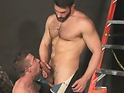Ouvrier poilu donne sa grosse bite à…