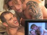 Tres beau couple de gays matures filment…