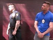 2 policiers chopent des jeunes à baiser !