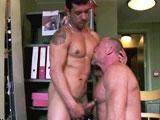 Vieux gay baise une recrue pendant un…