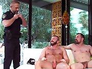 Policier mature donne son cul à 2 gays !