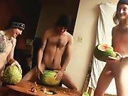 3 hétéros baisent des pastèques !