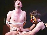 Hétéro branlé de force par le clown…