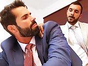 Une grosse bite jouit sur lui au bureau !