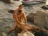 Trio gay baise sur la plage