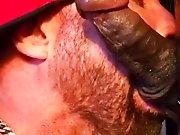 Il suce un Black à le faire gicler dans sa…