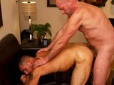 Vieux gay encule un cul poilu
