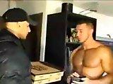 Gay musclé enculé par le livreur de pizza